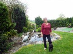 Pani-Dorota-Przibylla-w-slicznym-zakatku-swojego-ogrodu.jpg
