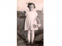 p.Hildegarda Cienskowski, Boże Ciało ok. 1940 r. (w tle kościół)